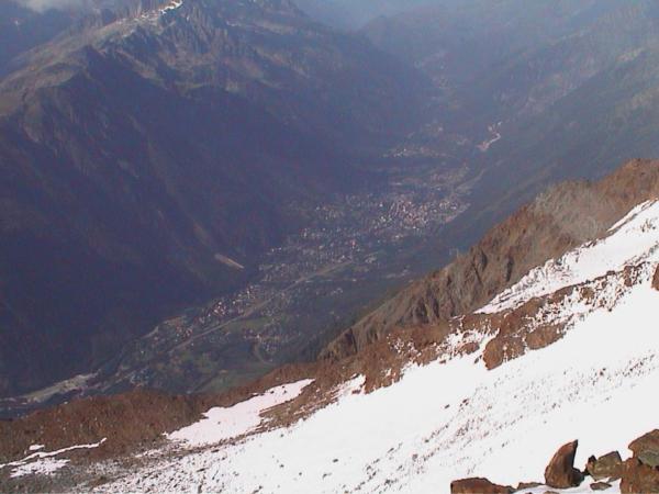 A na druhé straně hřebínku se otevírá pohled do Chamonix.