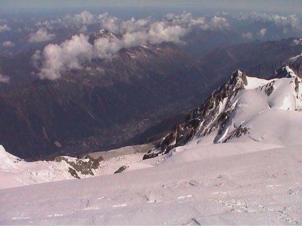 Pohled z vrcholu Mont Blancu na Chamonix.