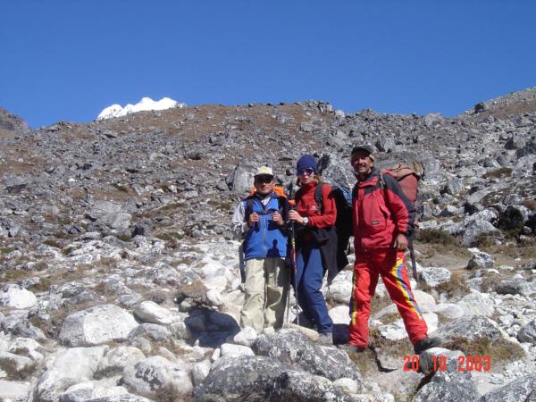 Cestou do Dingboche - moje choť s našimi sherpy - Pamporsath a Gopal.