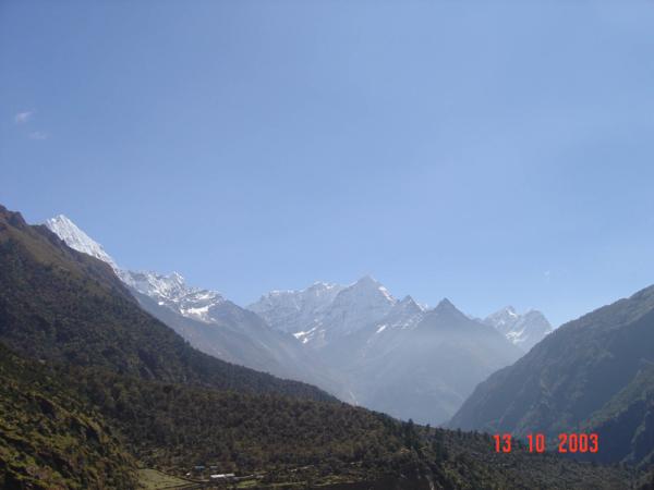 Pohled směrem k Thami. Tam někde v dáli je Cho Oyu a sedlo Nangpa La.