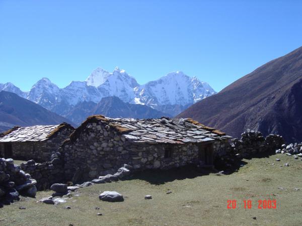 Salaš cestou do Dingboche  - postavená výhradně z kamenů - i střecha...