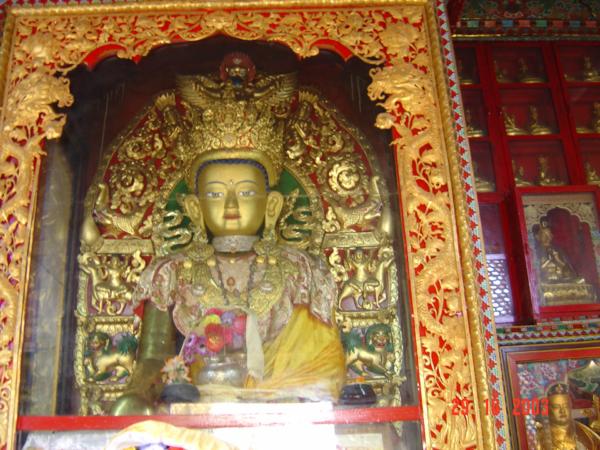Soška Budhy v stúpě.