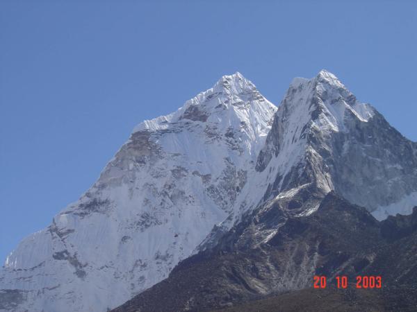 Typická silueta hory, která se tyčí nad Namche - Tamserku.