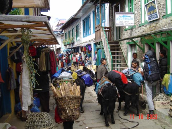 Z letiště v Lukle odcházíme směrem na Namche Bazaar.