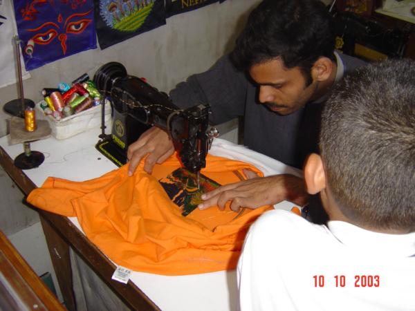 Takhle se vyrábí nášivky na trička.