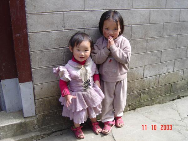 Místní děti se nechaly ochotně fotit.