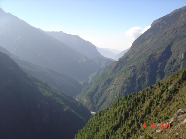 Pohled z Namche údolím Dudh Kosi směrem k Lukle.