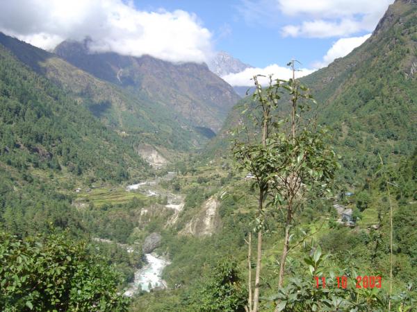 Údolím řeky Dudh Kosi jdeme do městečka Namche Bazaar.