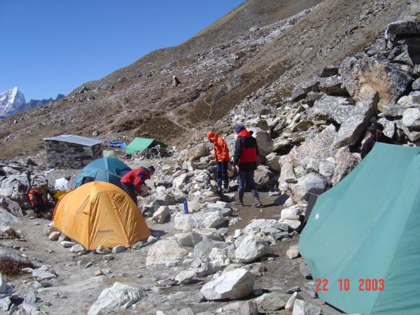 Stavíme si base camp cca 5100 m pod Island Peakem.