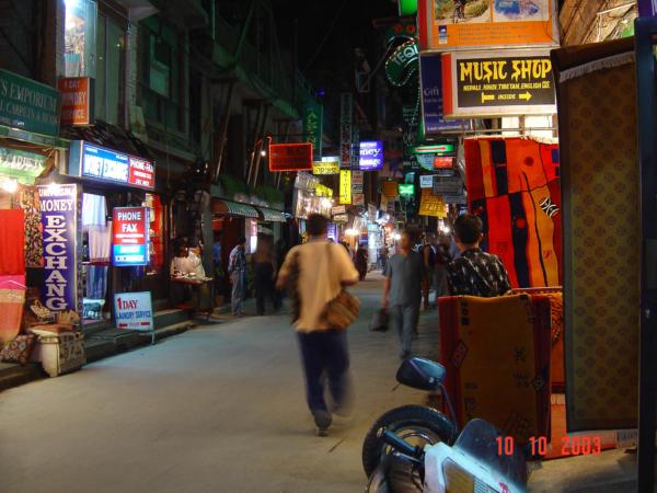 Z večeře se vracíme již v noci a v ulicích Thamelu je stále rušno.