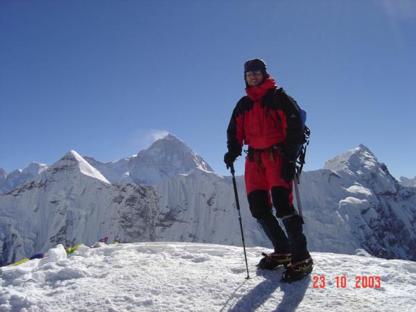 Šimon na vrcholu Island Peaku 6160m, v pozadí Makalu.