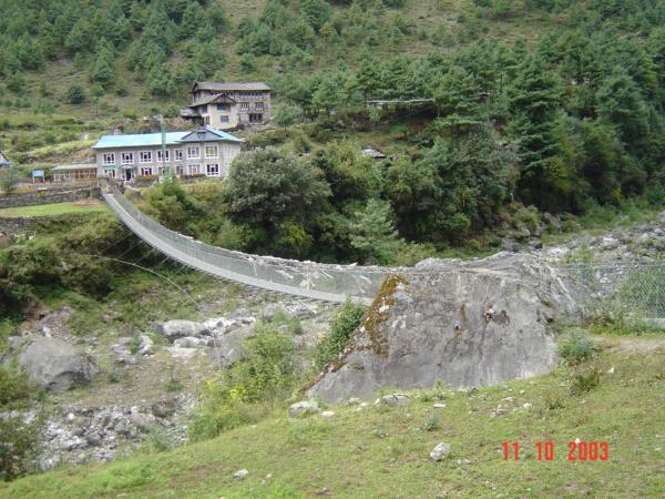 Další visutý most - nový. U osady Phakding.