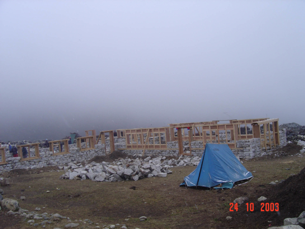 V Dingboche za pár dní stavba domu výrazně pokročila...