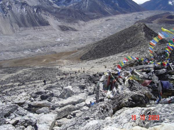 Pohled z vrcholku Kala Pataru ke Gorak Shepu (5 164) tj. cca 1,5 km pod námi.
