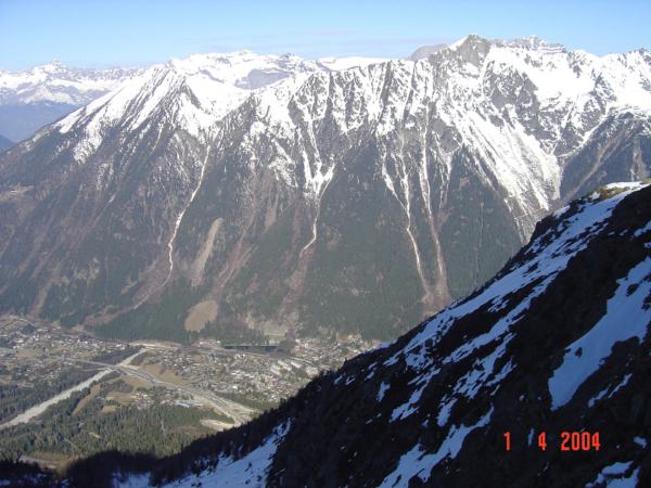 Pohled dolů na Chamonix a okolní vrcholky.