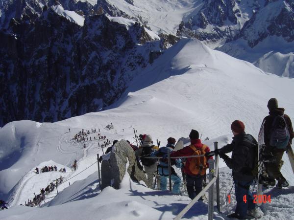Sestupujeme po hřebínku dolů, kde si nasadíme lyže.