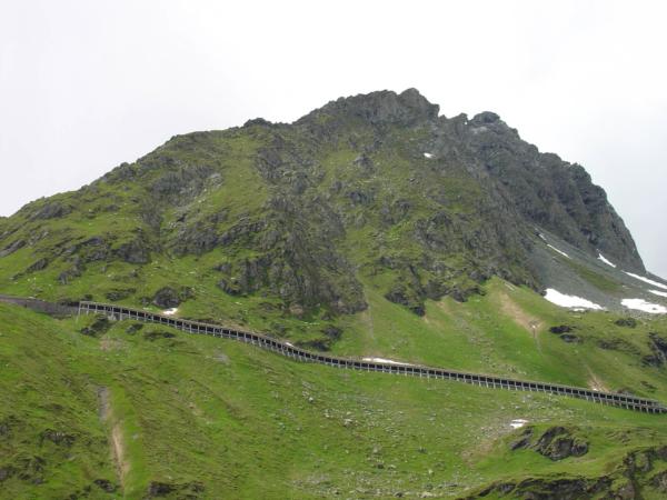 Pohled zpátky na detail horské silnice.