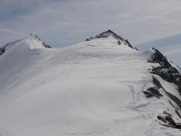 V sedle Salfkogel Joch a pohled k vrcholu Kleinleiten Spitze.