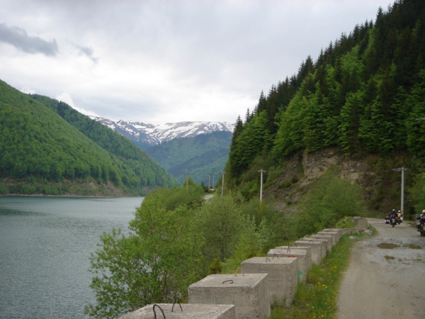 tam se zanořujeme do hor a jedeme k přehradě Rausor a