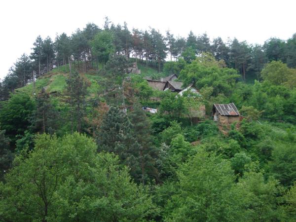 Cestou míjíme osadu v prudkém kopci...