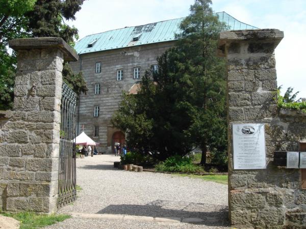 Jedeme okolo hradu Houska, prohlídku jsme vynechali.