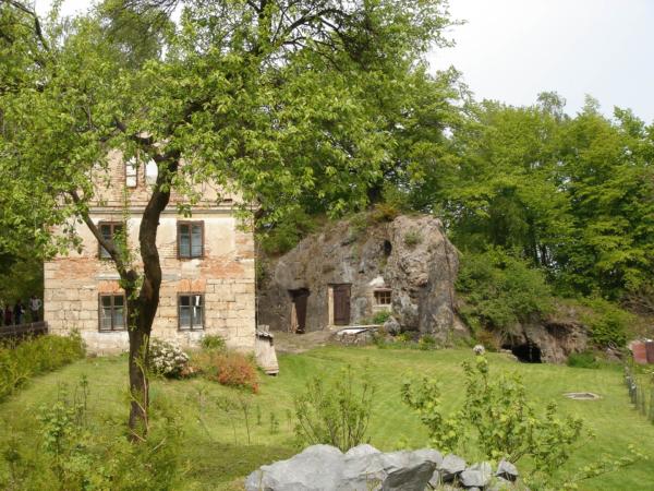 Kousek za hradem Houska, spižírnu a sklípek si zdejší vykutali ve skále.