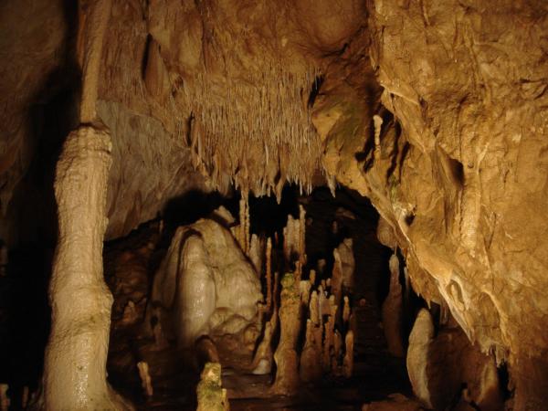 Krásná, udržovaná, dobře osvětlená a placená krasová jeskyně,