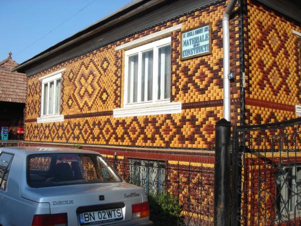 Cestou nemohu nevyfotit dům obložený kachlíkama - jako v koupelně...