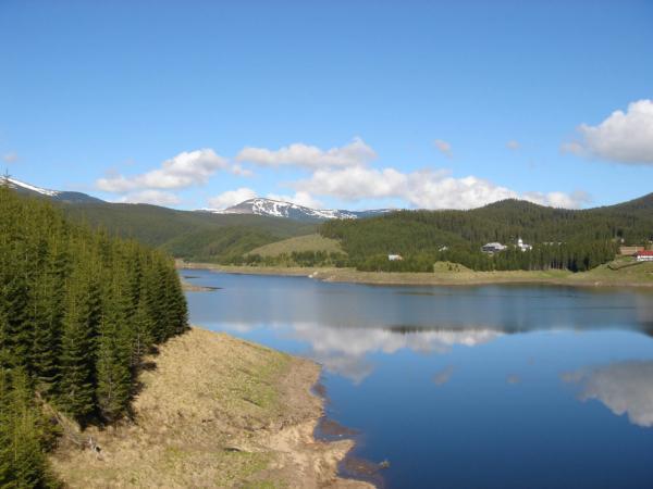 Okolní 2 tisícové vrcholky jsou ještě koncem května zasněžené.