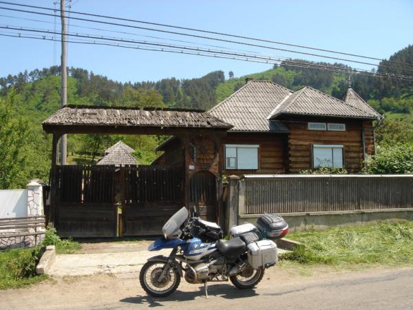Veliké a zdobné dřevěné brány - typický znak Maramurese.