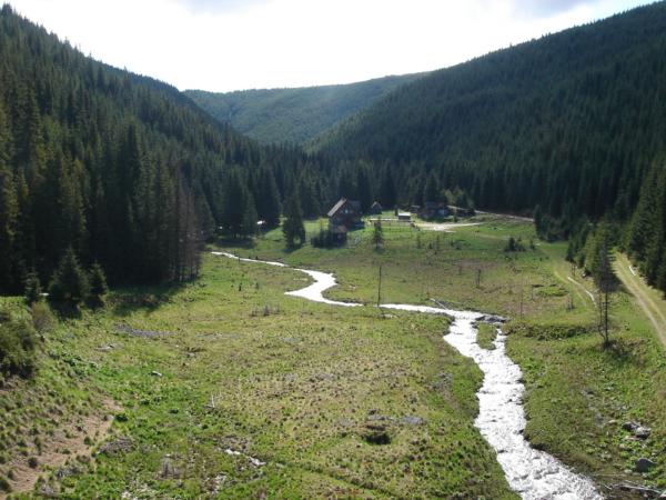 Pokračujeme dál průjezdem pohořím Cindrel k průsmyku Tartrau (1700m).