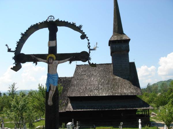 Stejně jako celodřevěné kostelíky se špičatou věží.
