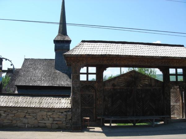 Kostelík i s bránou současně.