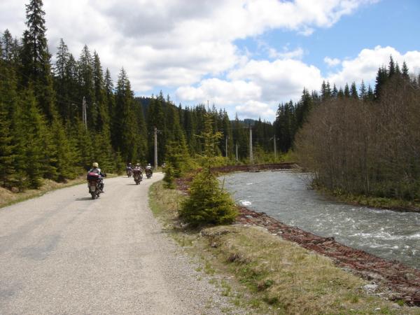 Již víceméně po asfaltu jedeme podél řeky Lotru.