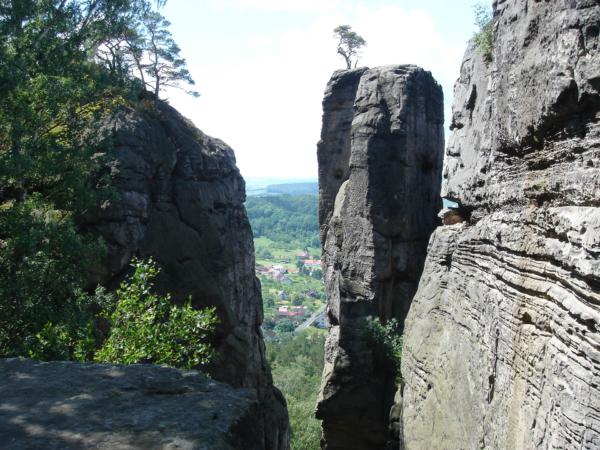 Pohledy skrz skalní útvary.
