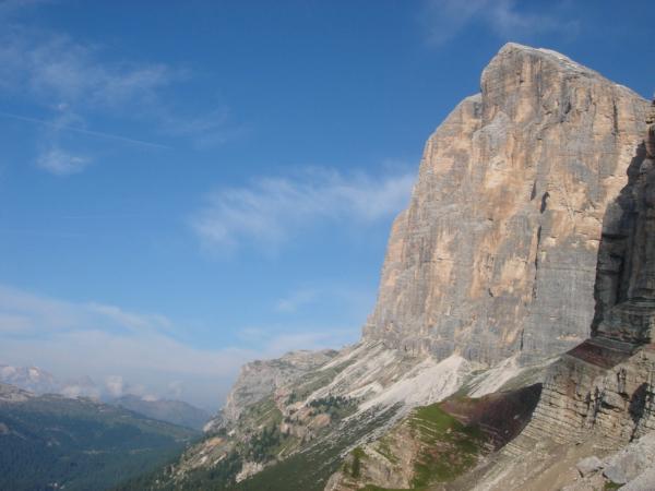 Výhled ze sedla na jižní stěnu Tofany di Rozes.