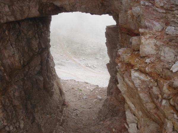A na konci feráty po cestičce skrz skalní galerii zpět do sedla Lavaredo.