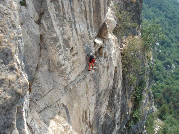 Vzdušný traverz po skalním stupni.