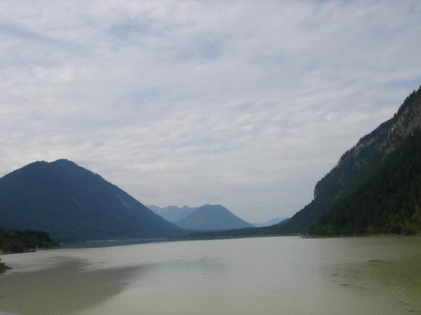 Druhá část Sylvensteinsee a pohled k západu, kudy bychom rádi projeli.