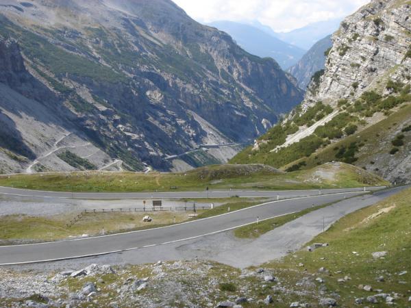 Z passo Stelvia sjíždíme po této silnici na druhou stranu do Bormia.