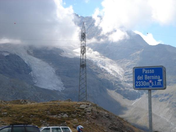 Sedlo Bernina a nalevo mraky zahalený masív Berniny
