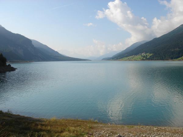 Z Nauders po chvíli dojíždíme k velikému jezeru - lago di Resia.