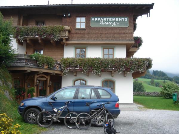 Naše biky a bydlení - bydleli jsme v bytě v 1. patře - okna s terasou