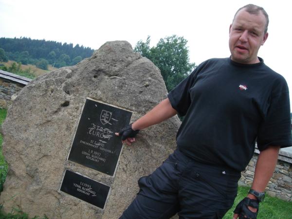 kde je umístěn kámen s cedulkou