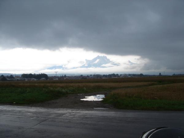 Z mraků vykoukly vysoké Tatry. Míříme z Popradu na východ.