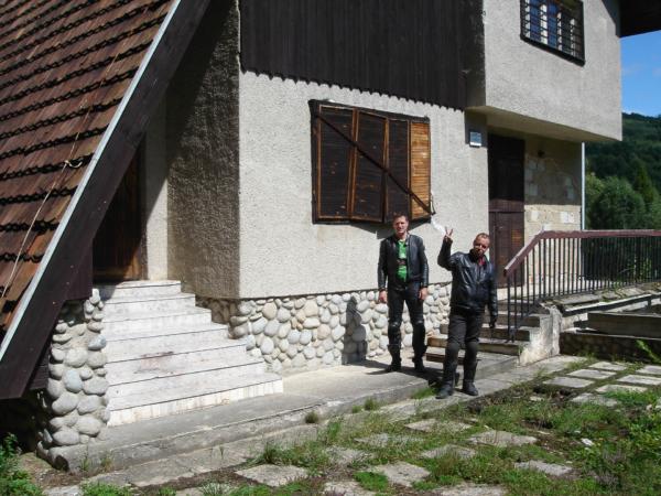 Už je prý léta zavřená. Chata je cca 500m od polských hranic.