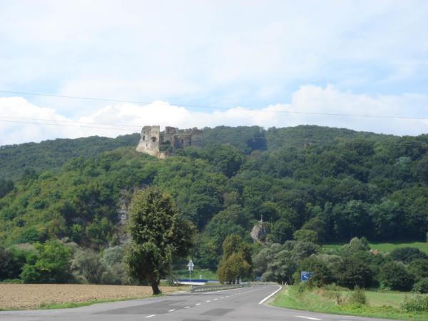 Hrad kousek za Humenným, odbočujeme k vodní nádrži Velká Domaša.