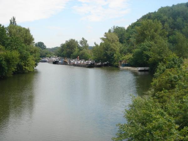 Nákladní doprava na řece Bodrog - přítoku Tisy.
