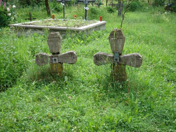 I na hrobech tu jsou dřevěné kříže.