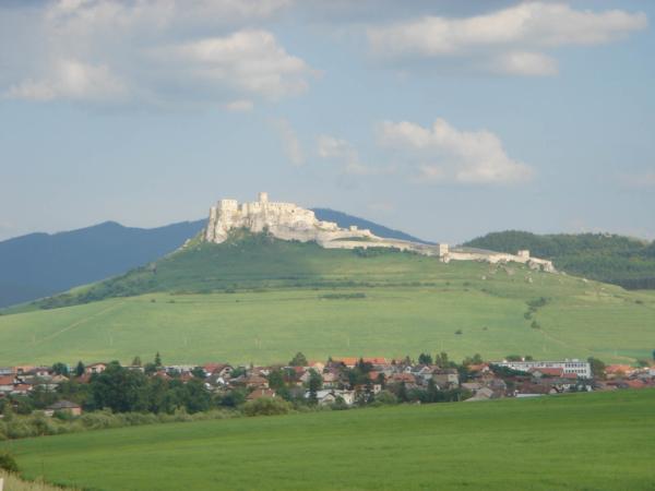 Bouřku jsme nějakým zázrakem objeli a zanedlouho míjíme Spišský hrad.